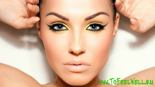 девушка с ярким макияжем глаз