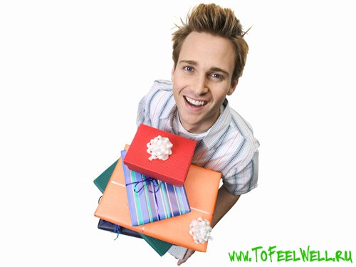 парень держит в руках подарочные коробки
