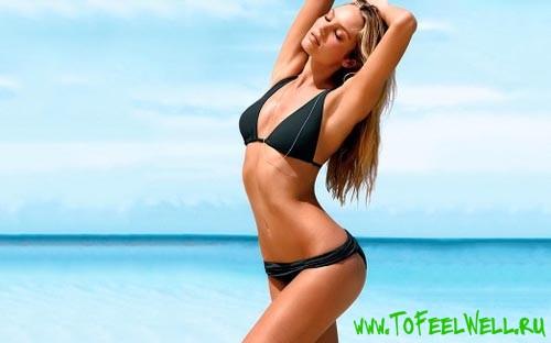 девушка в черном купальнике на фоне моря