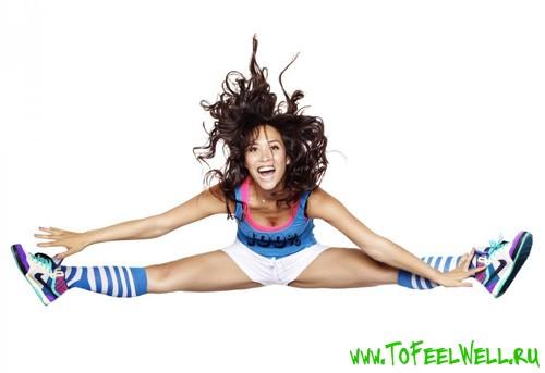 девушка прыгает в шапагате