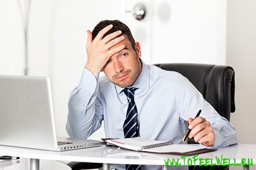 мкжчина в галстуке сидит за компьютером