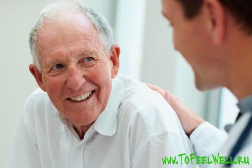 пожилой мужчина улыбается