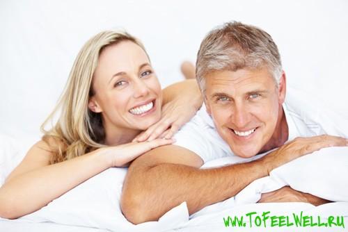 мужчина и женщина лежат рядом и улыбаются