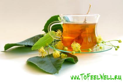 зеленые листья лежат рядом с чашкой чая