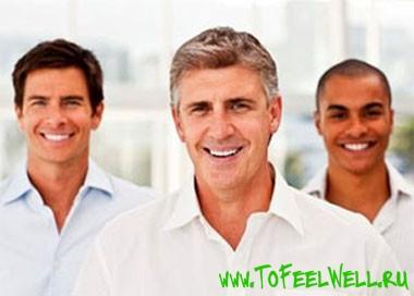 мужчины в рубашках улыбаются