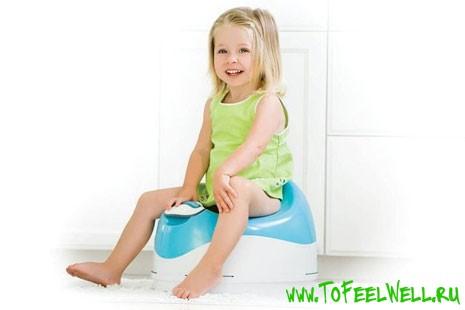 девочка сидит на горшке и улыбается