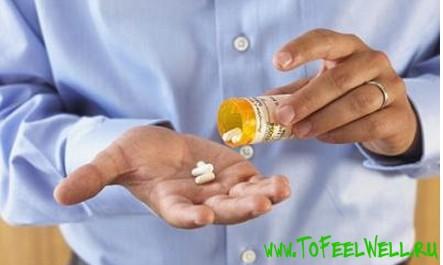 насыпает таблетки в ладонь