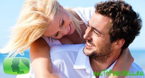 девушка обнимает парня за плечи и улыбается