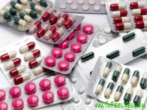 таблетки в упаковках лежат