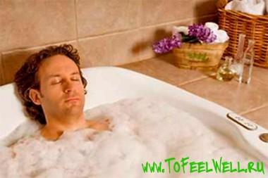 мужчина лежит в ванне с закрытыми глазами