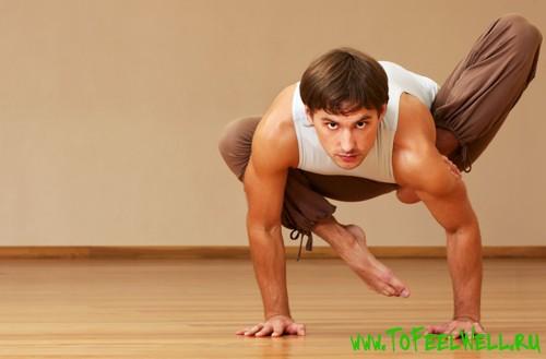 мужчина стоит на руках на полу