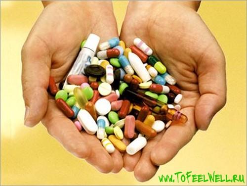 держит таблетки в ладонях
