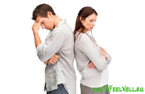 девушка стоит спиной к парню