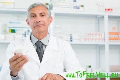 врач в белом халате стоит