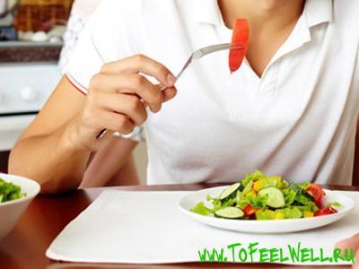 ест салат вилкой