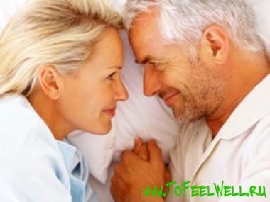 мужчина смотрит на женщину и улыбается
