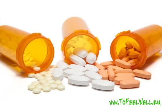 таблетки высыпаются из банок