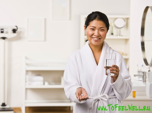 девушка держит стакан в руке и улыбается