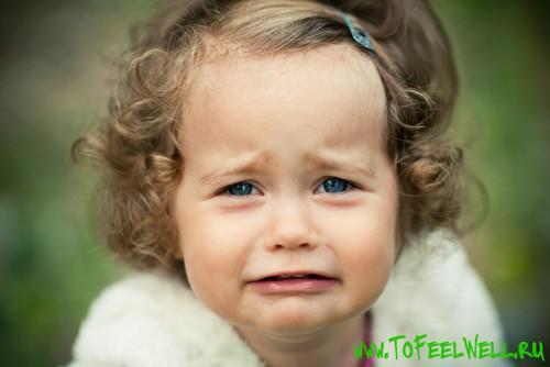 девочка плачет на зеленом фоне