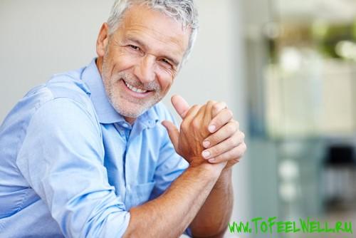 мужчина в рубашке улыбается