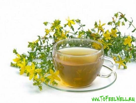 желтые цветы и чашка на белом фоне
