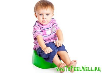 мальчик сидит на зеленом горшке на белом фоне