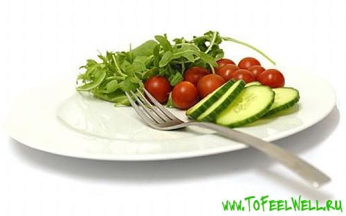 помидоры и огурцы лежат на тарелке