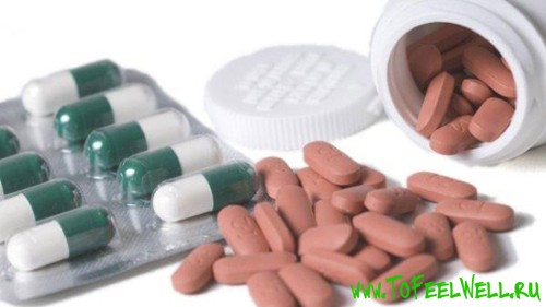 таблетки и капсулы на белом фоне