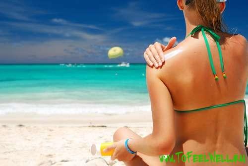 девушка сидит на пляже