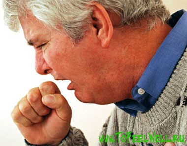 пожилой мужчина кашляет
