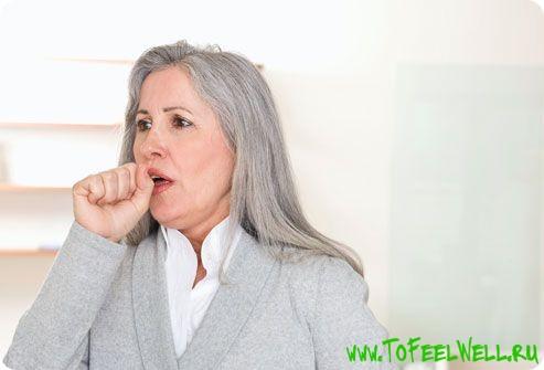 седая женщина кашляет