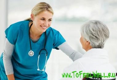 врач улыбается пациенту