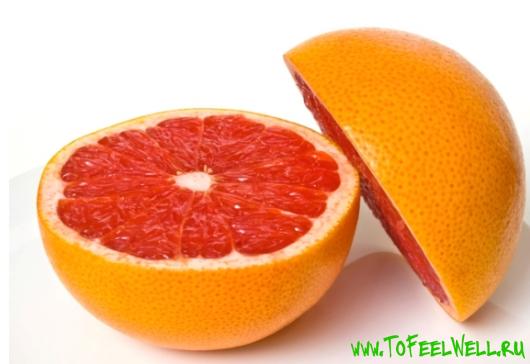 половинки грейпфрута на белом фоне