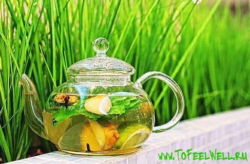 чайник с чаем на зеленом фоне