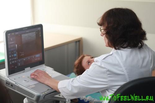 врач смотрит в монитор