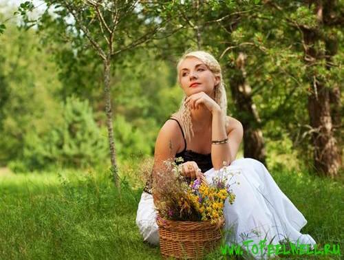 девушка с корзиной сидит на траве