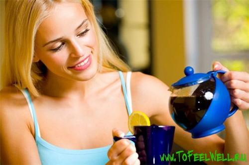 девушка наливает чай в чашку