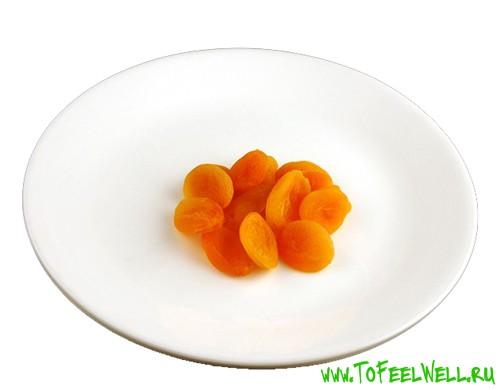 курага лежит на белой тарелке