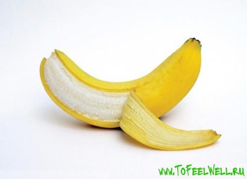 банан без кожуры на белом фоне
