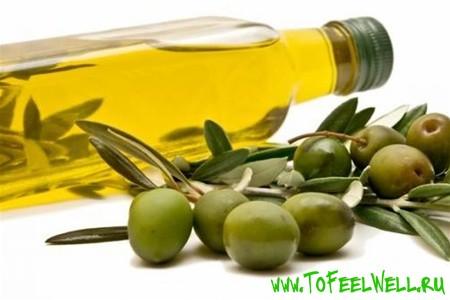 бутылка с маслом и оливки на белом фоне