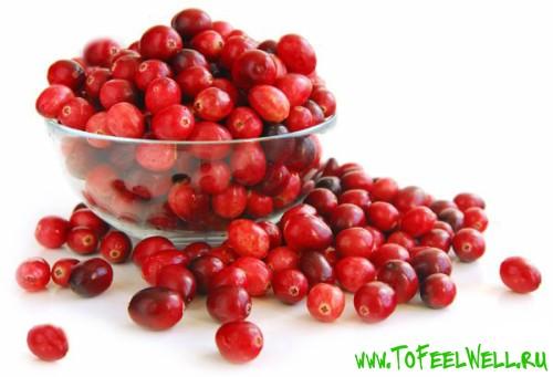чашка с красными ягодами на белом фоне