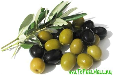 маслины и оливки на белом фоне