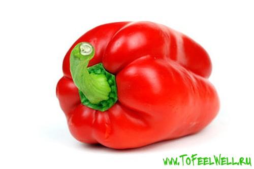 красный сладкий перец на белом фоне