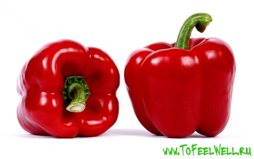 красный болгарский перец на белом фоне