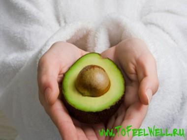 авокадо с косточкой в руках