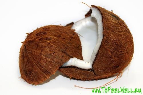 мякоть кокоса на белом фоне