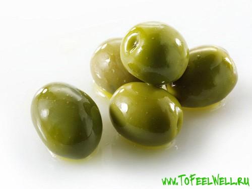 зеленые оливки на белом фоне