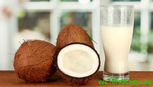 кокосы и стакан на столе