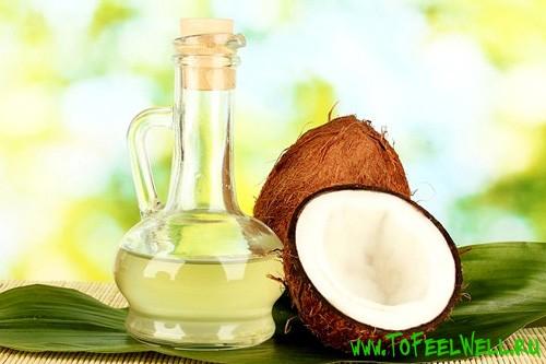 кокос и бутылка на зеленом фоне