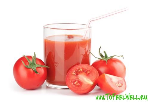 стакан и помидоры на белом фоне